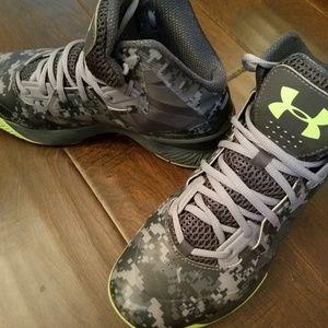 Men's 7.5 UA basketball shoes